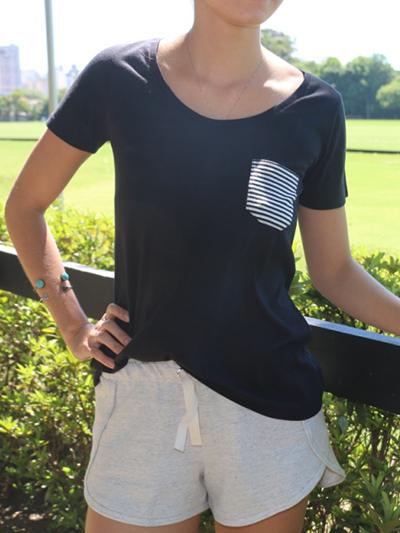 0045-010_camiseta_preta_bolsinho_feminino_a