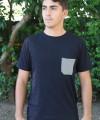 0058-010_camiseta_preta_bolso_masculino_b